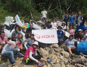 Veolia Beach clean up group photo